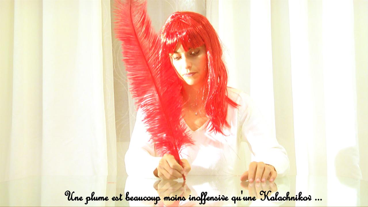 Personne tenant une plume rouge géante pour illustration citation